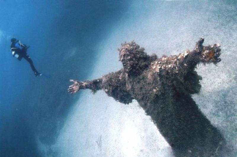 A Cristo degli abissi egy Jézust ábrázoló, a Földközi-tenger fenekén felállított műalkotás az olaszországi San Fruttuoso tengeröbölben.